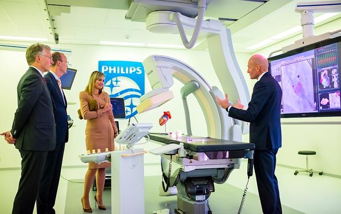 HM Koningin Máxima stapt bij Philips in een nagebootste hybride operatiekamer, daarin kunnen artsen zowel operaties als radiologische ingrepen uitvoeren.